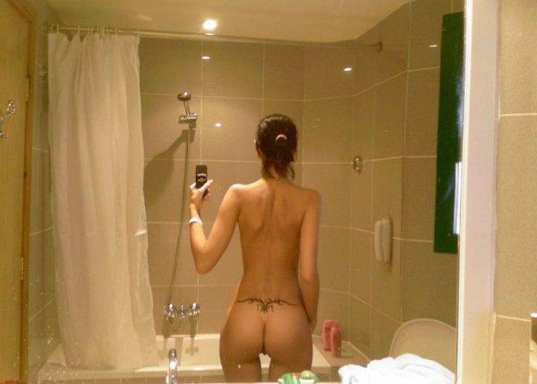 девушка фотографирует свои интимные места в ванной